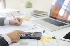 De bebouwde geschotene zakenman berekent financieel in calculato investeer royalty-vrije stock foto's