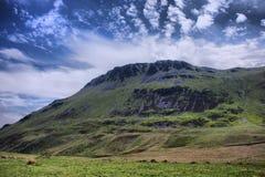 De bedöva welsh bergen under en molnig blå himmel Royaltyfria Foton
