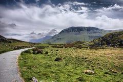 De bedöva welsh bergen under en molnig blå himmel Royaltyfria Bilder