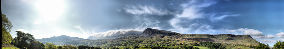 De bedöva welsh bergen under en molnig blå himmel Royaltyfri Foto