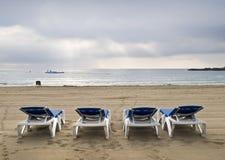 De Bedden van de zon in een Eenzaam Strand Royalty-vrije Stock Foto