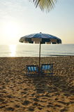 De bedden van het strandcanvas met blauwe en witte paraplu Royalty-vrije Stock Foto's