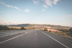 De bedekte twee steegweg die bergen en bospanorama van auto kruisen zette camera op De zomeravontuur en roadtrip in Fr Stock Afbeeldingen