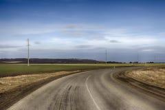 De bedekte weg in de bergen springt landschap op Stock Afbeeldingen
