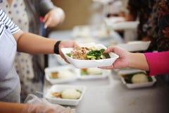 De bedelaar bedelt voedsel van donors: concept armoede in de Aziatische maatschappij: Zorgconcept: Van de te helpen filantroop royalty-vrije stock fotografie