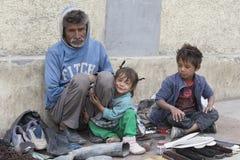 De bedelaarsfamilie bedelt voor geld van een voorbijganger in Leh India Royalty-vrije Stock Afbeelding