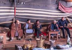 De Bedouinsrust, drinkt thee en rook terwijl het wachten op toeristen in caravanserai in de Wadi Rum-woestijn dichtbij Aqaba-stad royalty-vrije stock foto's