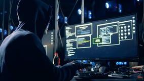 De bedriegster die een computer binnendringen in een beveiligd computersysteem, sluit omhoog stock videobeelden