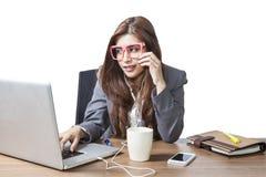 De bedrijfs aantrekkelijke vrouw geniet met het luisteren muziek mede van drinken Stock Foto's