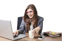 De bedrijfs aantrekkelijke vrouw geniet met het luisteren muziek mede van drinken Royalty-vrije Stock Afbeelding