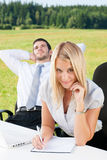 De bedrijfs collega's in aardbureau glimlachen Royalty-vrije Stock Foto's
