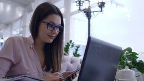 De bedrijfs freelance, succesvolle vrouw gebruikt moderne computertechnologie en smartphone voor het verre werk aan ontwikkeling  stock videobeelden