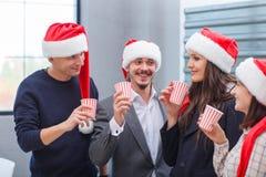 De bedrijfs jonge collega's drinken champagne op Kerstavond royalty-vrije stock foto's