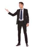 De bedrijfs mens toont u exemplaarruimte Stock Foto