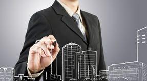 De bedrijfs mens trekt de bouw en cityscape Royalty-vrije Stock Foto's