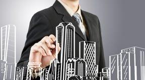 De bedrijfs mens trekt de bouw en cityscape Royalty-vrije Stock Afbeeldingen