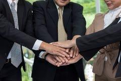 De bedrijfs menselijke handen waren een samenwerking stock foto
