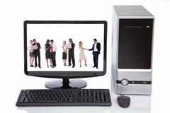 De bedrijfs mensen in computer lcd controleren Royalty-vrije Stock Afbeeldingen