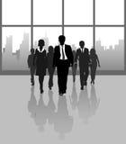 De bedrijfs mensen lopen stad de bouwvensters Stock Afbeeldingen