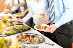De bedrijfs mensen nemen buffetvoorgerechten Royalty-vrije Stock Afbeelding