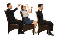 De bedrijfs mensen op stoelen geven documenten Royalty-vrije Stock Afbeeldingen