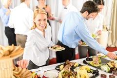 De bedrijfs vrouw dient zich bij buffet Royalty-vrije Stock Afbeeldingen