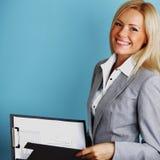 De bedrijfs vrouw houdt een omslag Stock Afbeelding