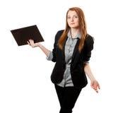 De bedrijfs vrouw houdt klembord Royalty-vrije Stock Afbeelding