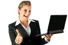 De bedrijfs vrouw met laptop en het tonen beduimelt omhoog Stock Fotografie