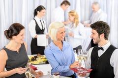 De bedrijfs vrouw neemt aperitief van kelner Royalty-vrije Stock Fotografie