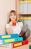 De bedrijfs vrouw ontspant in bureau Royalty-vrije Stock Foto