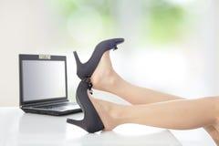 De bedrijfs vrouw stijgt haar hoge hielenschoenen op Royalty-vrije Stock Foto's