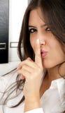 De bedrijfs vrouw zegt shh geheim stock afbeelding