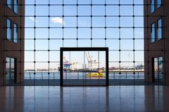 De bedrijfsbouw in Hamburg met grote vensters en een mening van de beroemde haven stock afbeeldingen
