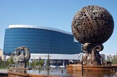 De bedrijfsbouw van de fontein en Royalty-vrije Stock Afbeelding