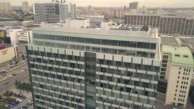 De bedrijfsbureaubouw op woonflat als achtergrond in stads luchtmening stock video