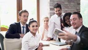 De bedrijfscollega's nemen groep selfie op vergadering stock video