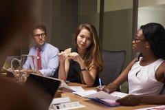De bedrijfscollega's op een vergadering in bestuurskamer, sluiten omhoog stock afbeeldingen