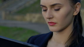 De bedrijfsdame geniet van tablet in park Het gezicht van de close-up stock videobeelden