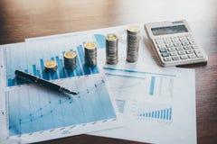 De bedrijfsfinanci?n met rapportdocument, die muntstukken stapelen voor voeren groeiende zaken aan winst en het sparen met rijkdo stock foto