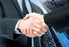 De bedrijfshanddruk, wordt de overeenkomst gebeëindigd Stock Foto's