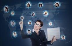 De bedrijfsleider klikt op sociaal online netwerk Royalty-vrije Stock Foto's