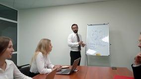 De bedrijfsleider verklaart nieuwe strategie aan zijn team stock video