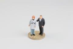 De Bedrijfsman op de bovenkant van muntstukkenstapel Stock Foto's