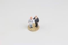De Bedrijfsman op de bovenkant van muntstukkenstapel Stock Fotografie