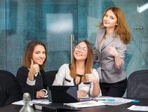 De bedrijfsmeisjes in bureau tonen een gebaar van goed Stock Afbeelding