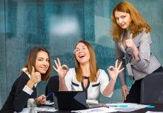 De bedrijfsmeisjes in het bureau en genieten van het succes Stock Fotografie