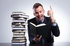 De bedrijfsmens begrijpt zijn boek Royalty-vrije Stock Afbeelding