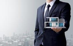 De bedrijfsmens creeert ontwerp modern huis Stock Afbeelding