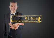 De bedrijfsmens deelt met gele onderzoeksbar uit tegen grijze achtergrond Stock Fotografie